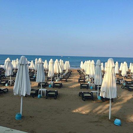 Mysigt, lagom stort hotell med perfekt läge precis vid strandpromenaden