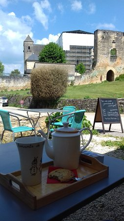 Saint-Amand-de-Coly, Frankrike: vue depuis la terrasse du salon de thé