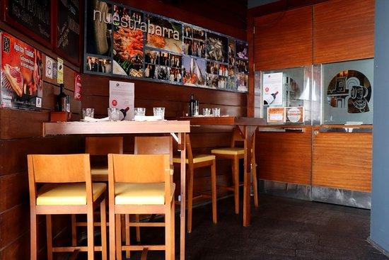 Acogedora entrada a Nuestra Barra dónde podrás tomar una copa, comer o tomar un café...