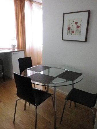 L\'angolo della cucina fornito di tavolo e sedie. - Picture of City ...