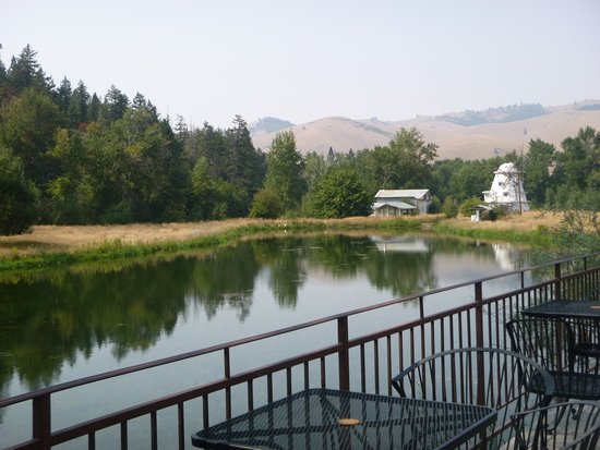 Ravalli, Монтана: Lovely setting to eat your donut and drink coffee!