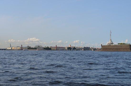 Neva Embankments: So viele interessante Gebäude auch vom Fluss erkennbar