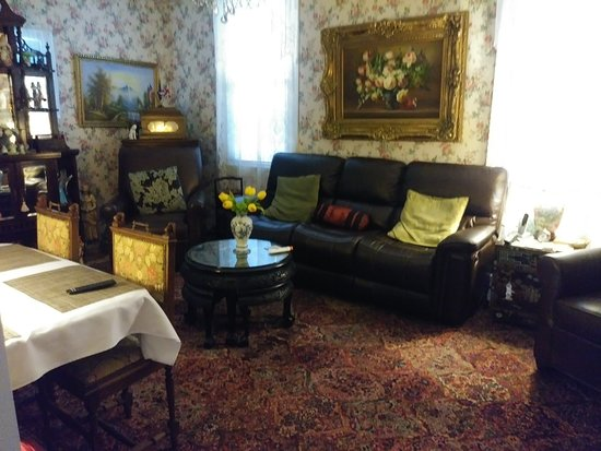 Rose Manor Bed and Breakfast: Sitting room