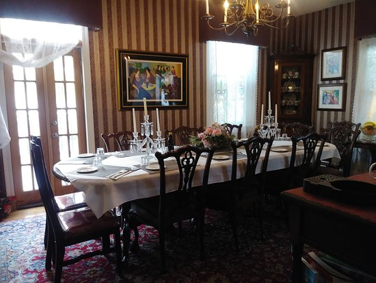 Rose Manor Bed and Breakfast: Breakfast room