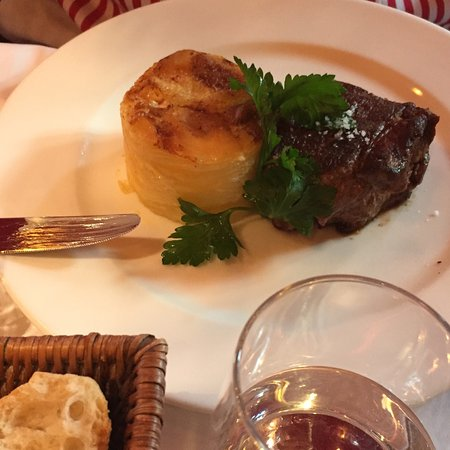 Rib of beef with Bearnaise sauce and potatoes