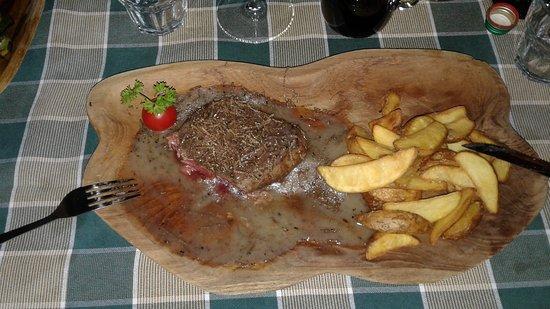 Marezige, Slovenia: Filetto di manzo, cottura medium-to-rare, sfilaccetti di tartufi e patate novelle cotte con bucc