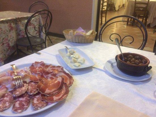 Bedonia, Italy: antipasto con torta fritta salumi cipolline e parmigiano