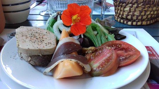 salade de foie gras, salade, tomates magret fumé melon de saison