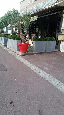 Jullouville, France: A 3 mètres à peine de l'accès à la terrasse des déjections canines