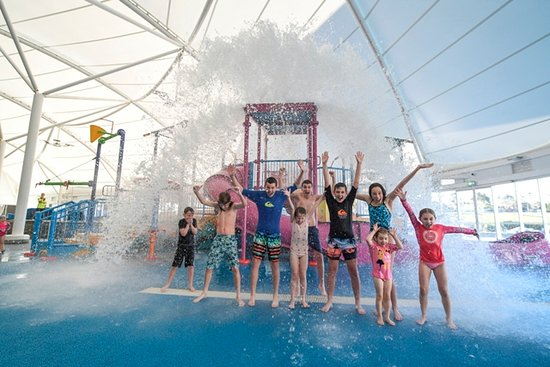 Waurn Ponds, Australien: Kids enjoying over 1200 litres of water tipping down from the giant bucket in the splash park!