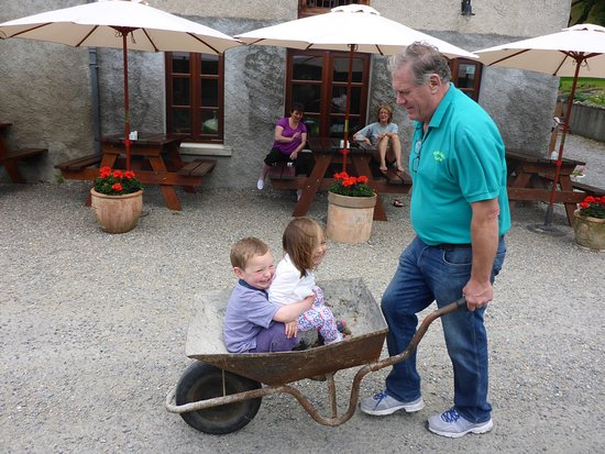 St Mullins, Ierland: Martin, the owner, taking time out to entertain our kids. Sure where else would you find it.