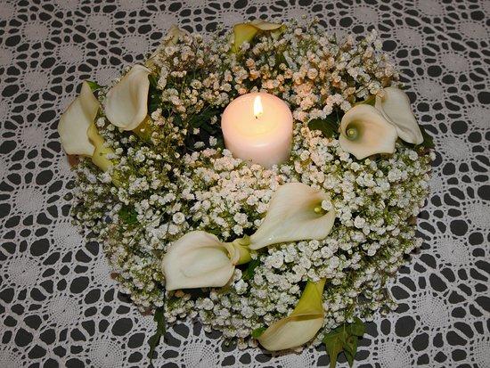 Rocca de Baldi, Ý: Vasi di fiori veri con candela. A disposizione dei clienti per l'occasione del Matrimonio.