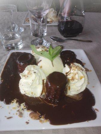 Vendoire, France : de petits cannelés maison chaux, glace vanille et nappage de chocolat