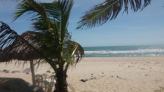 Praia do Presídio: praia tranquila. Guarda sol e cadeiras do hotel.