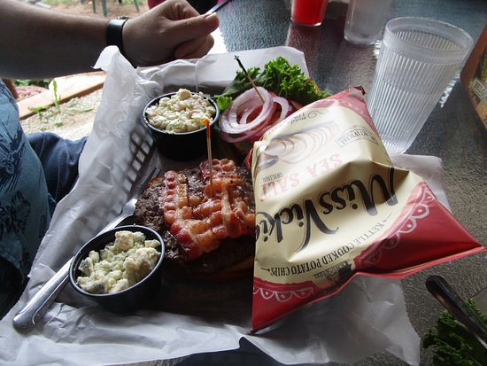 Fred & Fuzzy's Waterfront Bar and Restaurant: Bacon Bleu Burger with cheese on the side to accommodate wife.