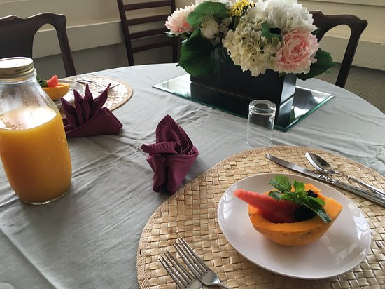 Old Wailuku Inn at Ulupono : Breakfast table