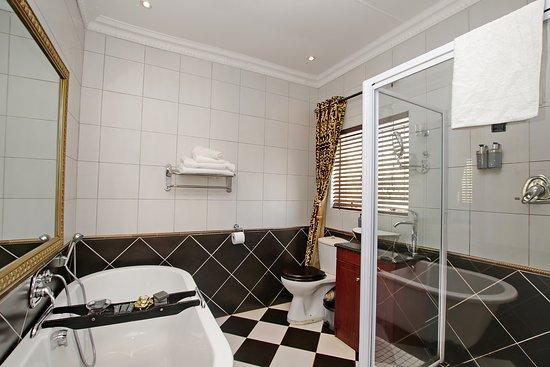 Arum Place Guest House: Golden Slumbers bathroom