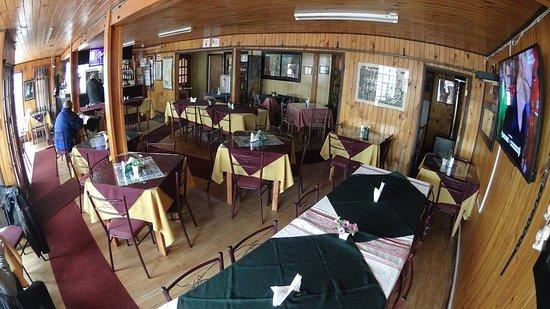 Achao, Chile: Restaurant de ambiente familiar muy acogedor, cerca del mercado y la costanera. A la carta, prod