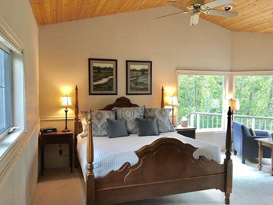 Floras Lake House Bed & Breakfast: South Room