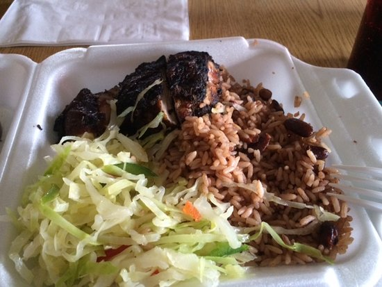 South Milwaukee, Висконсин: Jerk chicken, rice and peas, fried cabbage