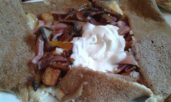 Pizz' Argentat: Ma galette avec jambon du pays, pommes de terre, fromage, champignons, oignons et crème.