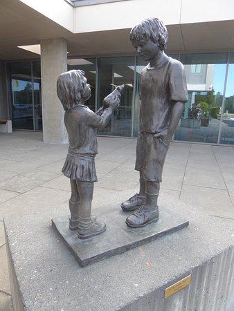 Gardermoen Airport Hotel: Скульптура перед отелем