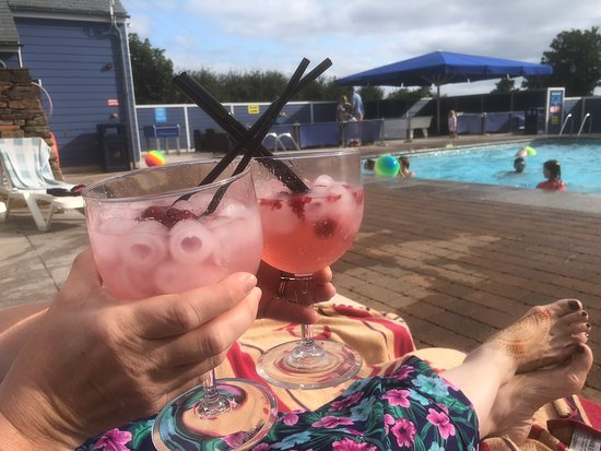 Gorran, UK: Relaxing by the pool after a day out
