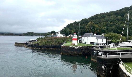 Crinan, UK: Looking north from the front of the hotel.