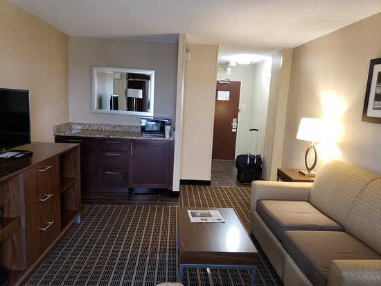 Holiday Inn Express Washington DC SW-Springfield: Bar Area with small refrigerator and microwave