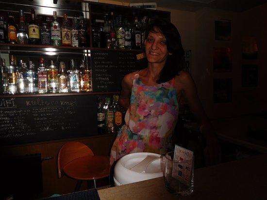 La patronne derrière son bar