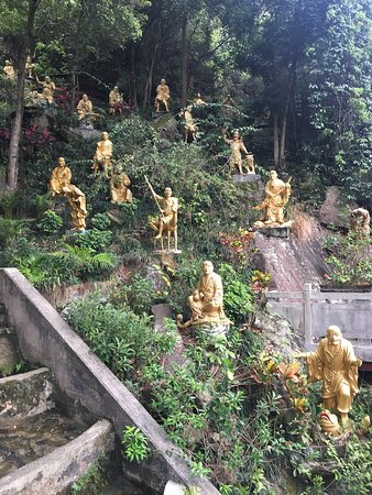 Ten Thousand Buddhas Monastery (Man Fat Sze): The lush part: a garden of Buddhas at the very top of the monastery.