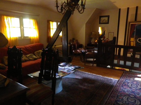 Pourville-sur-Mer, Prancis: Etage des chambres salon sombre et poussireux - Tapis