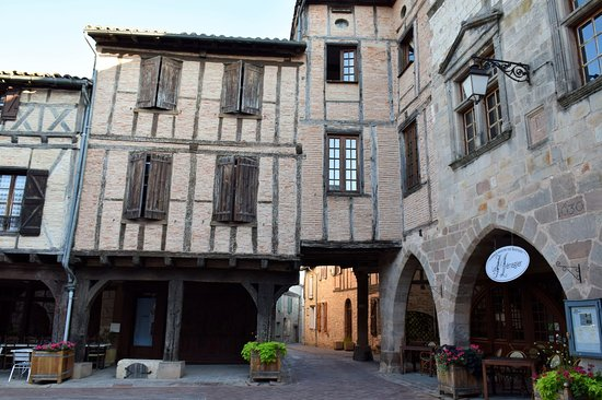 Castelnau-de-Montmiral, فرنسا: η αγορά στην πλατεία