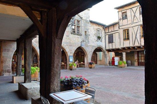 Castelnau-de-Montmiral, فرنسا: η πλατεία