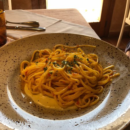 Castelnuovo di Val di Cecina, Italia: Spaghetti alla chitarra aglio olio e peperoncino su crema di pecorino