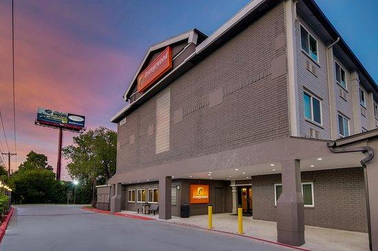 Orangewood Inn & Suites Midtown : Hotel Entrance