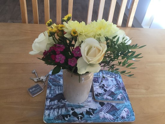 Dounby, UK: Fresh flowers left for us on arrival