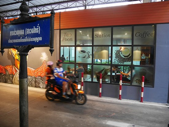 car and motorcycle entrance to the market バンコク tao poon