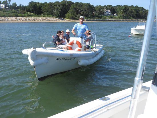 East Orleans, MA: Tour guests return to the boat via water shuttle after a wonderful lunch at the Wequassett Inn