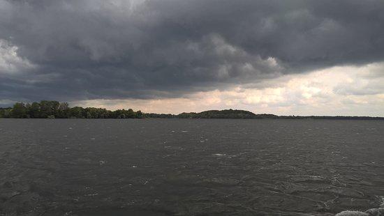 Bad Malente, Alemania: tiefe dunkle Wolken zogen über die Seen