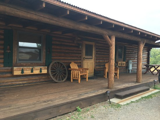 Emigrant, MT: Two bedroom cabin w/pullout sofa.