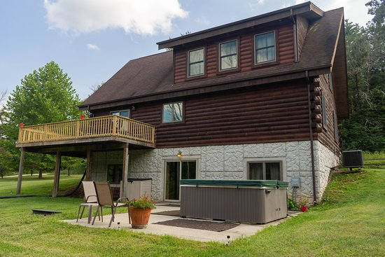 Cabins At Hickory Ridge: Exterior Lodge with Hot Tub