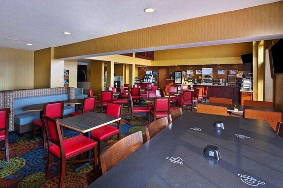 Holiday Inn Express Hotel & Suites Petoskey: Restaurant