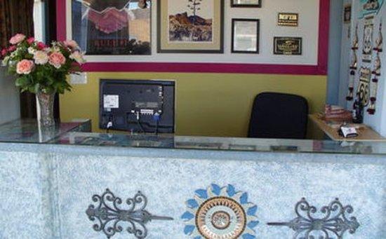 Motel 10: Lobby