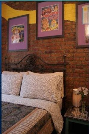 Chelsea Pines Inn: Guest room