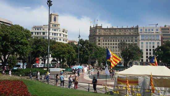 Plaza de Cataluña: Вид с площади на красивые строения