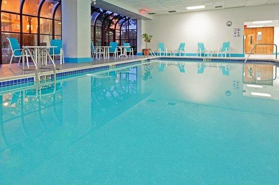 LaGuardia Plaza Hotel: Pool