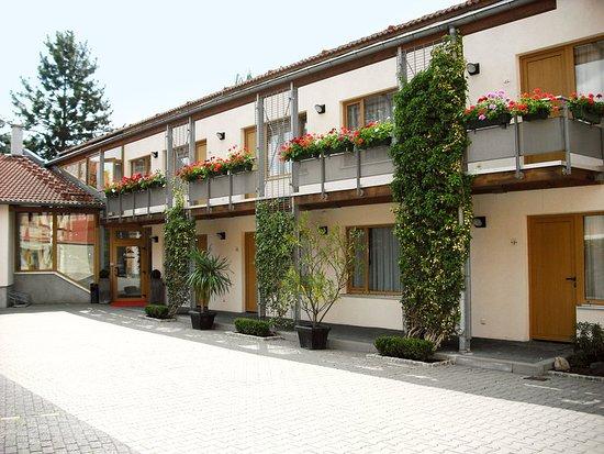 Hotel Port Inn: Exterior