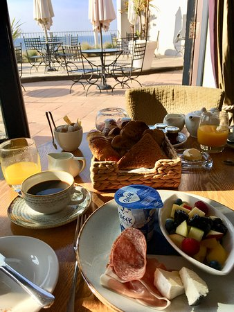 Pebble Beach Rooms: Breakfast with a view!