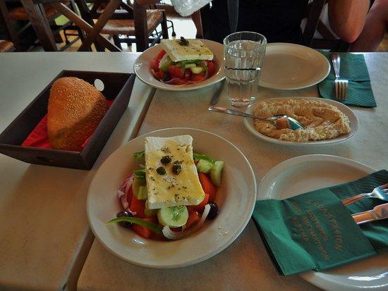 Εστιατόριο Σχολαρχείον: Fish roe paste, bread and 2 Greek salads! Excellent